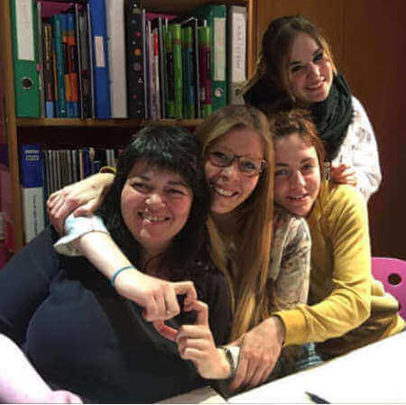 alumnes de classes d'angles a vic estudiant el B1