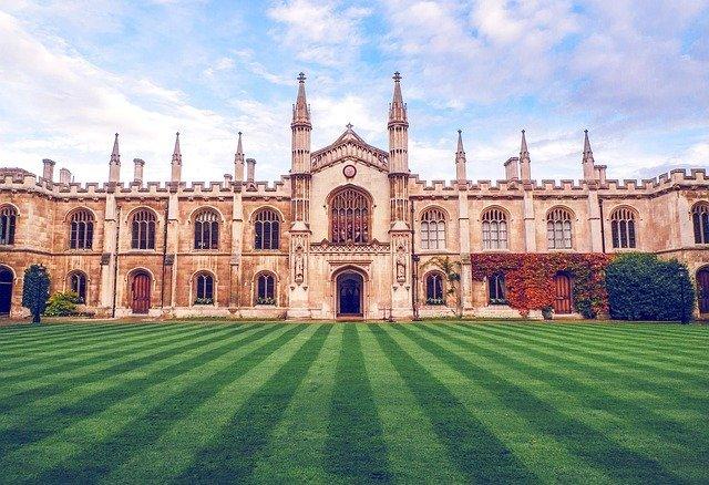 vista frontal de la universitat de cambridge on es gestionen els famosos exàmens Cambridge