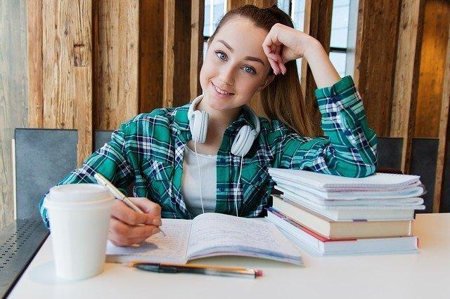 estudiant d'anglès en línia preparant una classe a casa