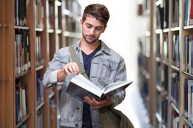 estudiant d'anglès a la biblioteca